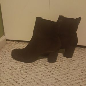 Beautiful slightly used ankle high suede boots
